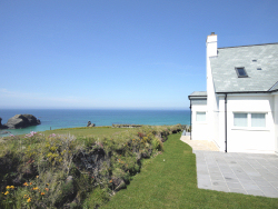 Gull Cottage is located in one of the UK's finest coastal positions at Porthcothan Bay
